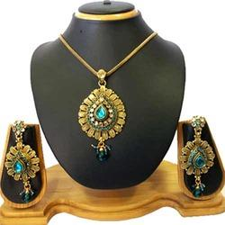 Kundan Pendant Jewelry Set