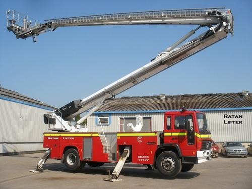 Automotive Lift Rentals : Truck boom lift mounted and feet