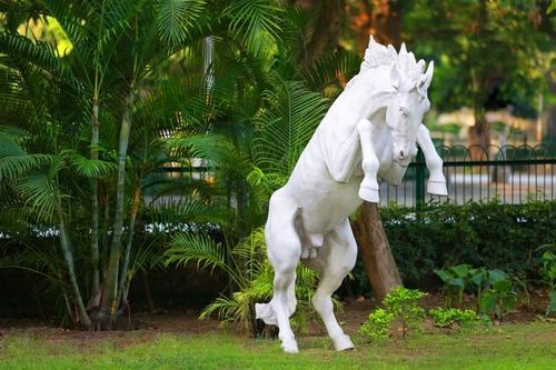 Attirant Horse Garden Statue