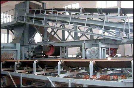 Tripper Conveyors With Bunker Sealing Arrangements