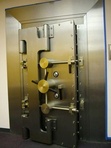дверь банковская металлическая